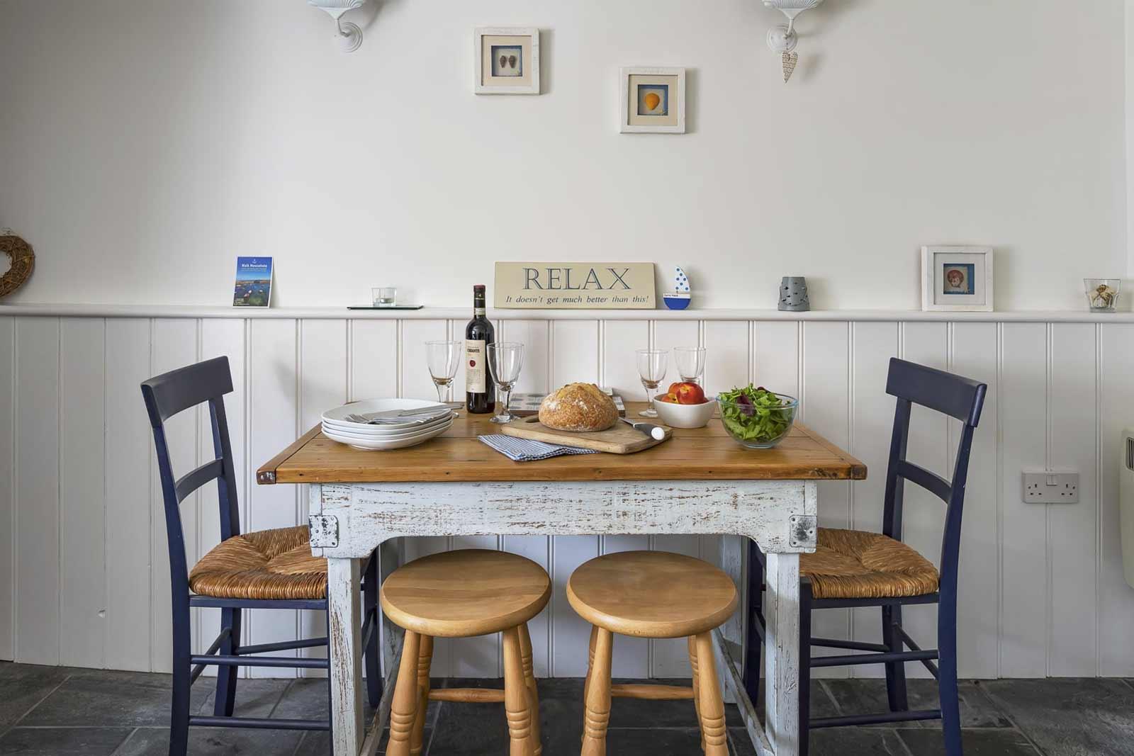 gulls-nest-dining-table